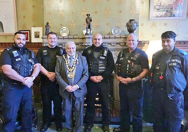 Mayor Mohammed Zaman meeting with the police and PCSO's