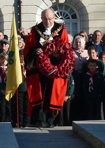 Mayor Billy Sheerin approaches the cenotaph with a poppy wreath